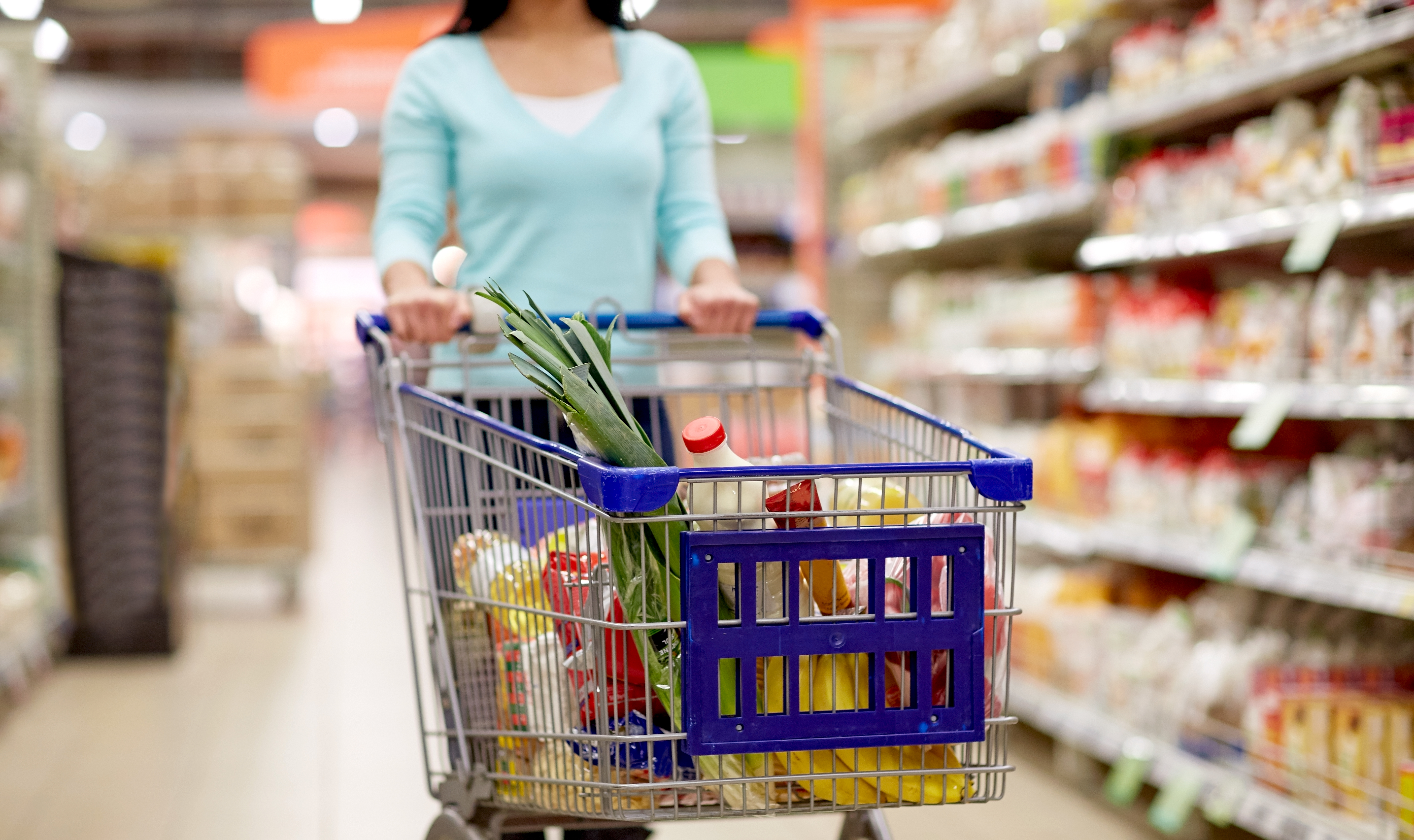 woman-with-food-in-shopping-cart-at-supermarket-PLC9VSJ